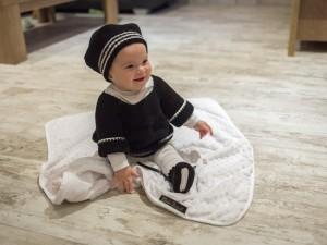 """""""Cliché"""" tenue en laine noire et blanc pour petite fille"""