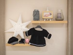 """""""Cliché"""" tricot en laine noire et blanc, pour réchauffer les petites filles."""