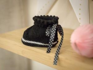 """""""Cliché"""" Chaussons-bottons en laine noire et blanc"""